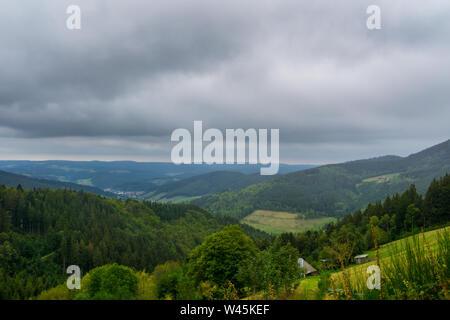 Alemania, interminables vistas del valle de Elz Rohrhardsberg mountain en el paisaje de la selva negra
