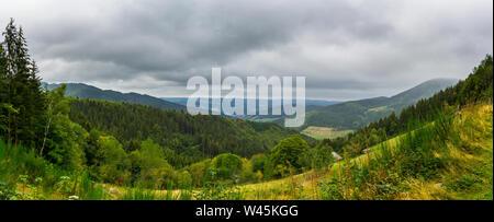 Alemania, XXL panorama de otoño colorido bosque de Elz valey en la región del bosque negro