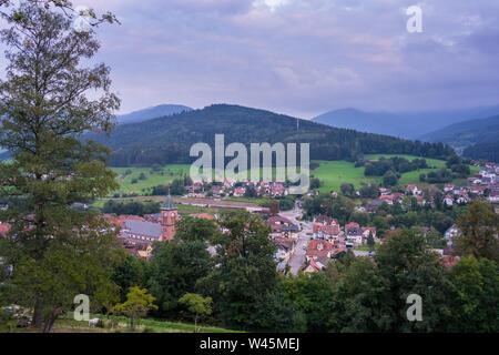 Alemania, aldea de la Selva Negra en Elzach Alba Luz en otoño