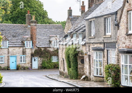 El bonito pueblo de El castillo Corfe, en Dorset, Inglaterra, Reino Unido. Foto de stock
