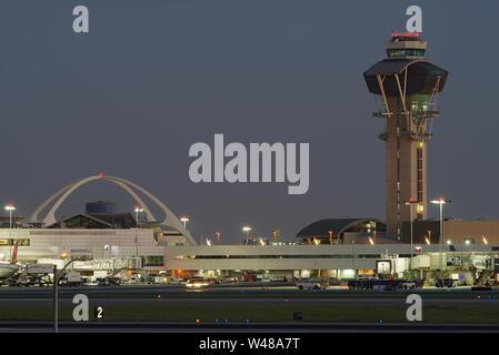 Imagen que muestra el tema emblemático edificio y la torre de control del aeropuerto de Los Angeles Anternational, LAX.