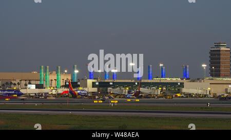 Imagen que muestra el Aeropuerto Internacional de Los Ángeles (LAX) terminal 1 al anochecer. Southwest Airlines opera desde la Terminal 1.