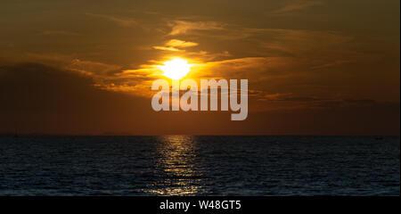 Puesta de sol en el mar con tormenta nubes en el cielo