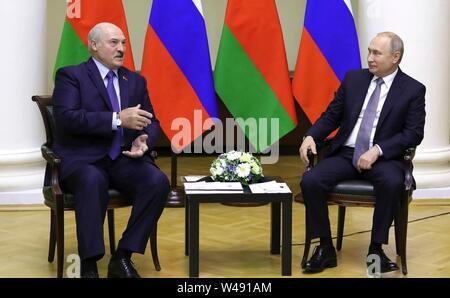 El presidente ruso, Vladimir Putin, a la derecha, se reúne con el Presidente de Belarús, Alexander Lukashenko antes del Foro de la Federación y las regiones de Belarús el 18 de julio de 2019 en San Petersburgo, Rusia.