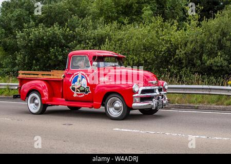 1954 rojo americano Chevrolet 3900cc SUV camioneta en el festival de Transporte celebrado en la ciudad costera de Fleetwood, Lancashire, Reino Unido
