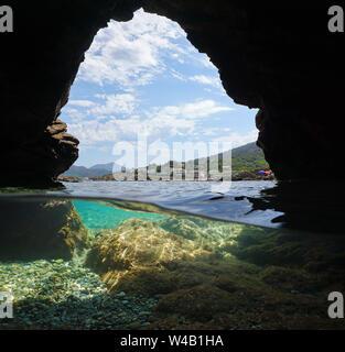 Costa desde el interior de una cueva en la orilla del mar, vista dividida sobre y bajo el agua, el mar Mediterráneo, España, el Port de la Selva, Costa Brava, Cataluña