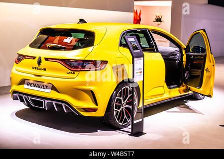 Bruselas, Bélgica, Jan 2019: metálicos amarillo Renault Mégane RS, Bruselas Motor Show, producido por la multinacional francesa fabricante de automóviles Renault