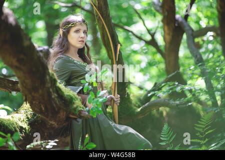 Elf Archer con un arco en el bosque
