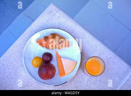 Los franceses mantienen su desayuno ligero. El pan, un alimento básico, jugo de naranja, frutas y quesos ocasionales son algunas de las opciones.