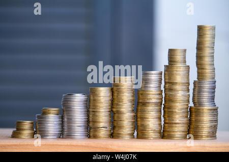 Primer plano de columnas de multi-monedas de colores de altura creciente, el concepto de ahorro y ahorrar dinero, el enfoque selectivo