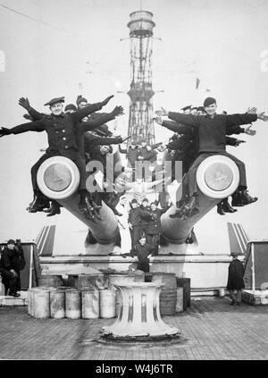 Los marineros del USS Texas divertirse sentados en los cañones Foto de stock