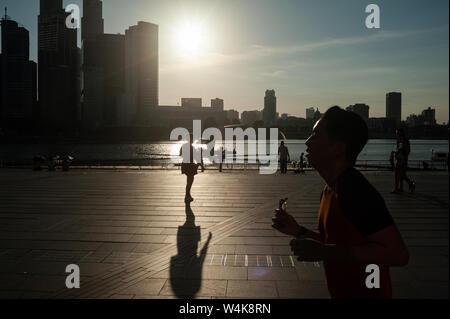 19.07.2019, Singapur, República de Singapur, Asia - Pueblo en la costa de la Bahía de Marina con el horizonte de la ciudad del distrito central de negocios.