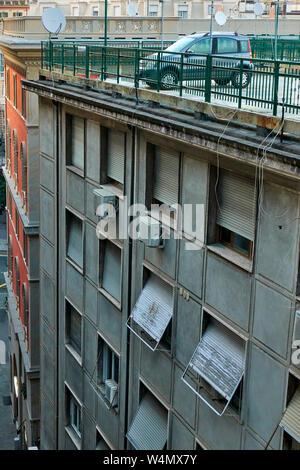 Gracioso inusual estacionamiento en la azotea del edificio de apartamentos en Génova, Italia.