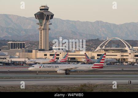 Imagen que muestra cuatro jets de American Airlines en el Aeropuerto Internacional de Los Angeles .