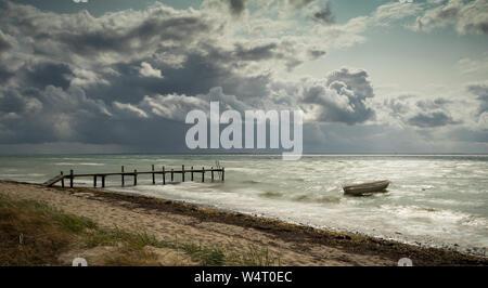 Remo barco anclado en la playa, Sydals, Jutlandia, Dinamarca