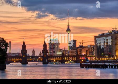Hermoso atardecer en el puente Oberbaum y la famosa Torre de Televisión de Berlín