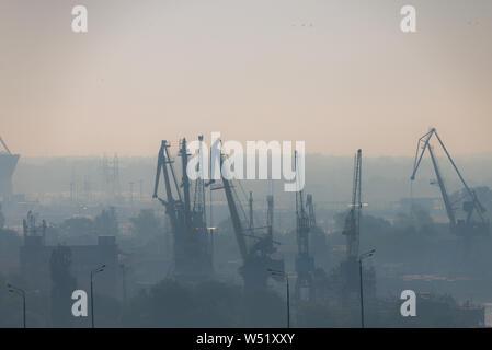 La contaminación del aire en el muelle. Mala calidad del aire lleno de polvo causa de enfermedades respiratorias. El calentamiento global del problema de la contaminación. P ambiental