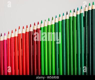 Lápices de colores que representan a las empresas de incrementar las ganancias de gráfico