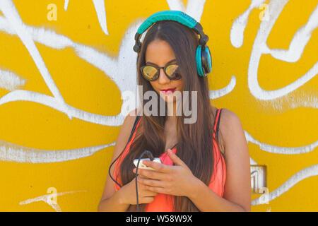 Niña escucha la música en su teléfono móvil