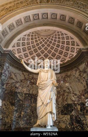 La enorme estatua de mármol clásico de Atenea con un casco, conocido como el Pallas de Velletri, en el Departamento de griegas, etruscas y romanas... Foto de stock