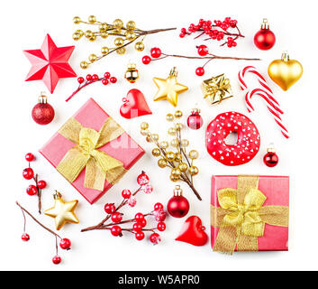 Fondo de navidad con decoración en rojo y dorado aislado en blanco. Navidad y Año Nuevo la composición plana, Lay, vista superior