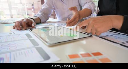UX Designer boceto del equipo desarrollador de aplicaciones móviles esboza una app de tablet para web móvil teléfono inteligente.