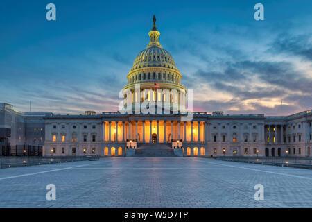 El edificio del Capitolio de los Estados Unidos al atardecer, Washington DC, Estados Unidos.