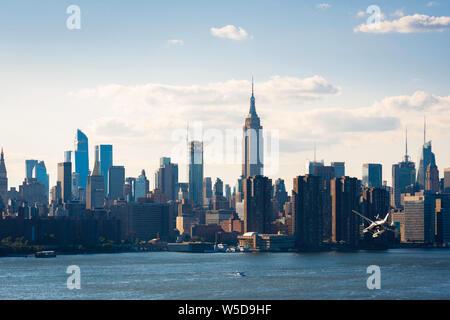 Estados Unidos Ciudad, vista de Manhattan y Central Costanera con un hidroavión que descienden hacia el East River, la ciudad de Nueva York, EE.UU.. Foto de stock