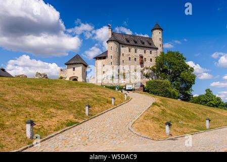 BOBOLICE, POLONIA - Julio 18, 2019: El castillo real Bobolice, una de las más bonitas fortalezas en el sendero de los nidos de águilas en Polonia.