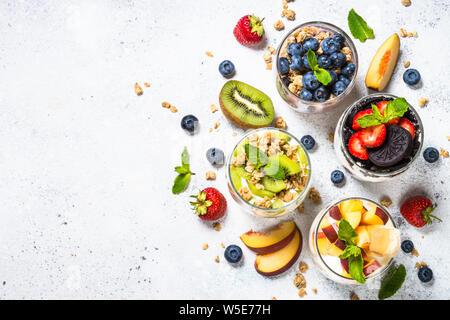 Postres de frutas en los vasos con yogurt y bayas.