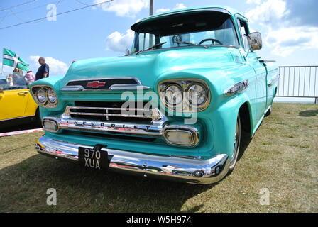 Un 1959 Chevrolet Apache GMC camioneta estacionada en la pantalla en la Riviera Inglesa classic car show, Paignton, Devon, Inglaterra. En el Reino Unido.