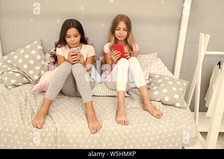 Explore la red social. Smartphone para entretenimiento. Kids Play móvil smartphone aplicación de juego. Concepto de aplicación de Smartphone. Ocio Girlish Pajama Party. Las niñas poco smartphone bloggers.