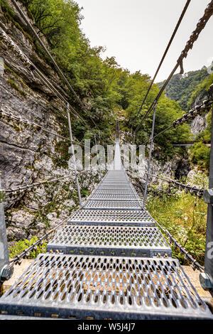Italia Friuli Barcis Antiguo camino del Val Cellina - Puente del Himalaya - Parque Natural de la Dolomiti Friulane