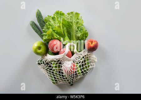 Concepto de residuo cero. Compras modernas bolsa de tela con frutas y hortalizas frescas. Vista desde arriba.