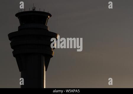 Sombra, por la noche la imagen de la torre de control del tráfico aéreo en el aeropuerto de Haneda, Tokio, Japón. Jueves, 16 de mayo de 2019