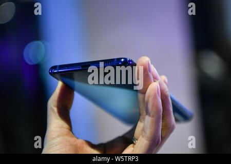 Un cliente intenta un Samsung Galaxy A8s smartphone durante el evento de lanzamiento en Beijing, China, 10 de diciembre de 2018. Samsung anuncia su primer Infini