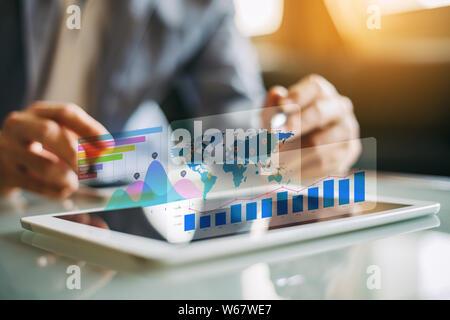 El empresario inversionista análisis financiero de la empresa informe del fondo mutuo de trabajo digital con la tecnología de gráficos de realidad aumentada. Concepto de negocio,