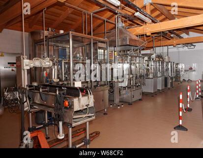 Línea de equipos de embotellado de vino en un hangar
