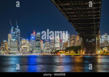 El Sydney Harbour Bridge es un patrimonio figuran el acero a través de puente de arco a través del puerto de Sydney que transporta la rampa vehicular y peatonal, la bicicleta, la t Foto de stock