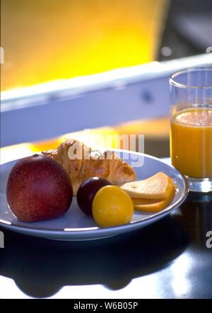 Los franceses mantienen su desayuno ligero. Pan, siendo la grapa, jugo de naranja, frutas y quesos ocasionales son algunas de las opciones.