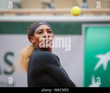 La tenista estadounidense Serena Williams mirando la bola en el aire durante el Abierto de Francia 2019, París, Francia