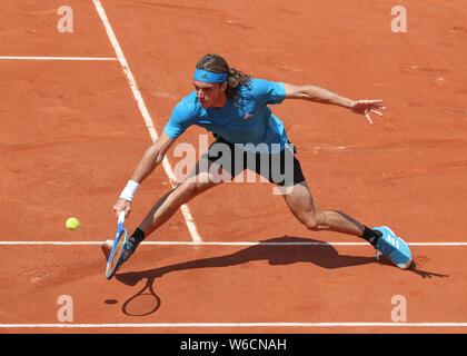Jugador de tenis griego Stefanos Tsitsipas jugando un disparo de revés en el Torneo Abierto de Francia 2019, París, Francia