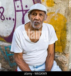 Retrato de un hombre cubano senior fumar un cigarro; La Habana, Cuba