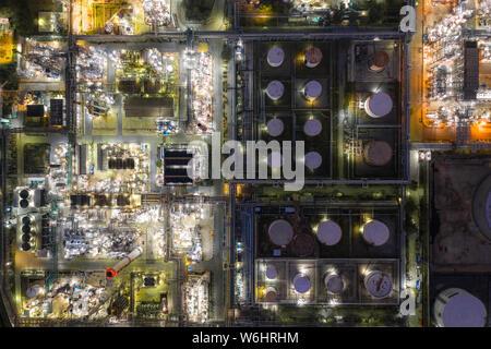 Vista aérea de la refinería de petróleo y gas de refinería de forma zona industrial por la noche.