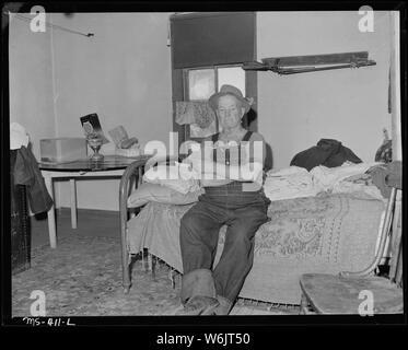 Viejo minero, de 82 años de edad, quien fue activo en la configuración de esta mina. Perdieron sus derechos a pensión por visitar fuera del estado, ahora ha regresado, pero todavía es inelegible para la pensión de vejez debido a la falta de estado la condición de residente. Huerfano Coal Company, Ludlow Mina, Ludlow, Las Animas County, Colorado.