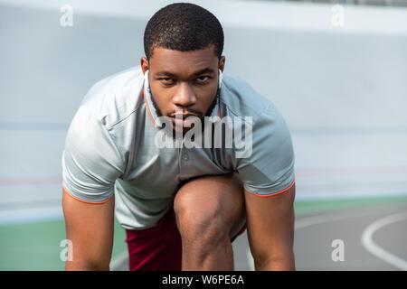 Decidida joven deportista profesional seria preparación para ejecutar