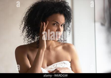 Cerrar retrato 30s mujer encontró las arrugas faciales se siente preocupado