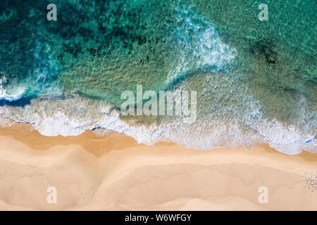 Vista superior de antena de playa Nobbys en Newcastle NSW, Australia. Ubicado adyacente al área del BDC es una de las playas más atractivas del Newcastle.