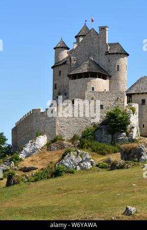 El castillo real Bobolice, una de las más bonitas fortalezas en el sendero de los nidos de águilas en Polonia.