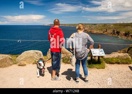 Reino Unido, Inglaterra, Cornwall, Sennen, Land's End, El Pele, pareja y perro viendo a través de Gamper a Sennen Cove y Cornwall